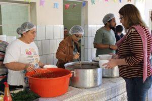 Pessoas sendo servidas no almoço