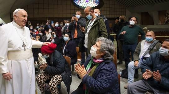 Papa faz visita surpresa aos pobres que recebem no Vaticano 2ª dose anti-Covid